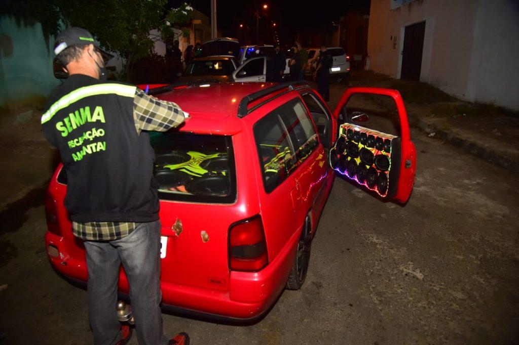 CARRO COM SOM AUTOMOTIVO APREENDIDO FOTO RODRIGO ESTRELA