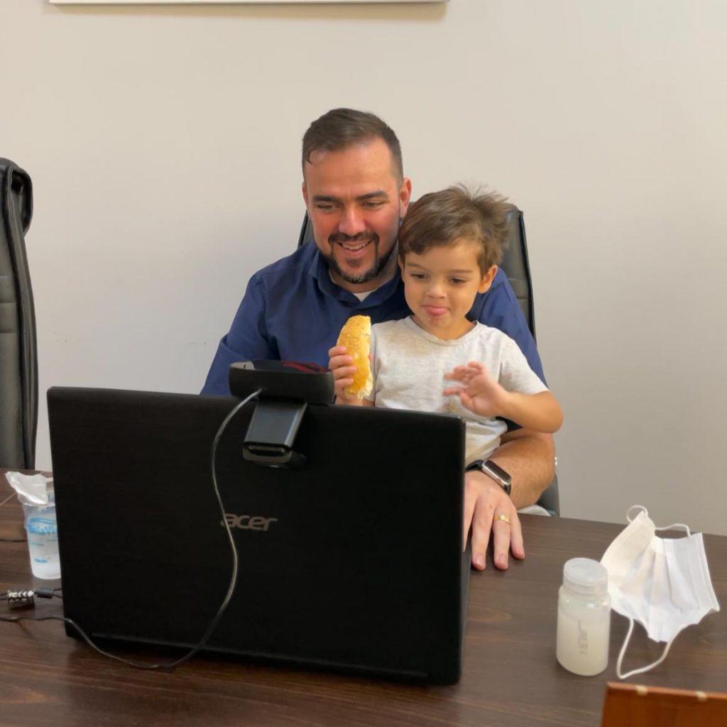 O prefeito Gustavo Mendanha fez a live com as criancas do Cmei acompanhado do filho cacula Emanuel